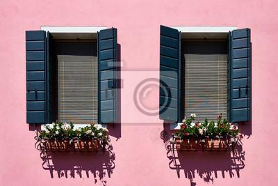 Włochy, Wenecja, wyspa Burano. Tradycyjne kolorowe ściany i okna z zielonymi okiennicami starych domów. Skopiuj miejsce