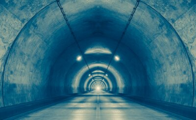 Naklejka Wnętrze tunelu miejskiego w góry bez ruchu ..