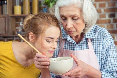 Wnuczka i babcia gotowania razem
