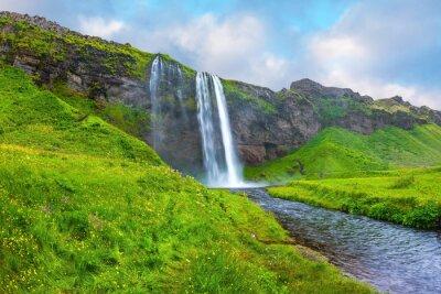 Naklejka Woda przepływa przez szybkim strumieniem