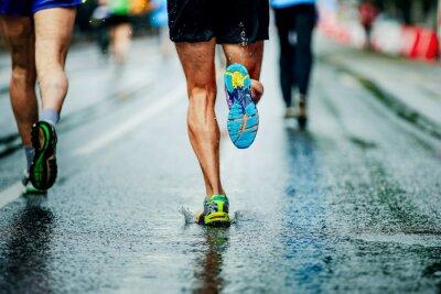 Naklejka woda rozpyla spod spodnich butów biegacza mężczyzn