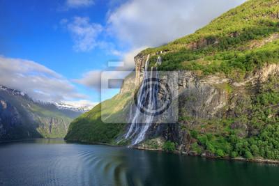 Naklejka Wodospad Siedem Sióstr na Geirangerfjord w świetle rano
