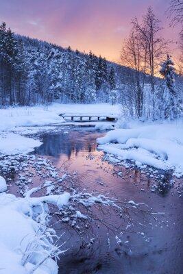 Naklejka Wschód słońca nad rzeką w zimie w pobliżu Levi, fińskiej Laponii