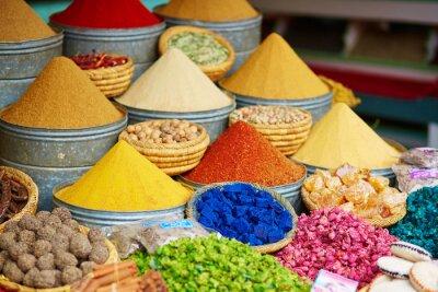 Naklejka Wybór przypraw na rynku marokańskim