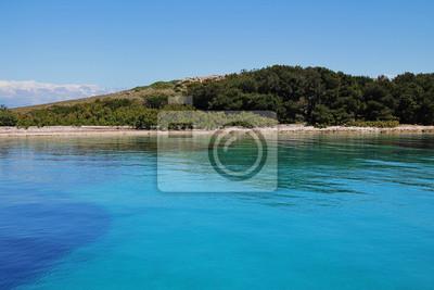 Wybrzeże w gładkiej wodzie. Azure czysta woda