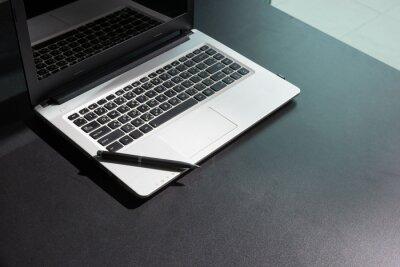 Wygodne miejsce pracy.Laptop z pustym ekranem na stole.