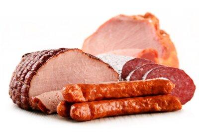 Naklejka Wyroby mięsne, w tym szynki i kiełbasy wyizolowanych na białym