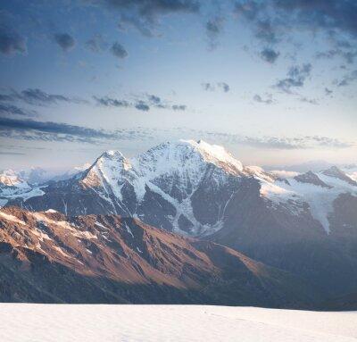 Naklejka Wysoka góra szczyt podczas wschodu słońca. Piękny krajobraz naturalny w okresie letnim ..