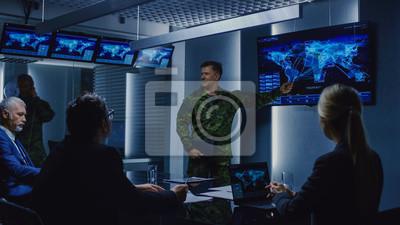 Naklejka Wysoki rangą żołnierz organizuje odprawę z zespołem agentów rządowych i polityków, pokazuje materiał z obserwacji satelitarnych.