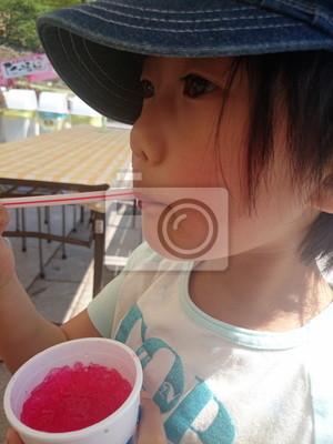 イ チ ゴ の か き 氷 を 食 べ る 女 の 子