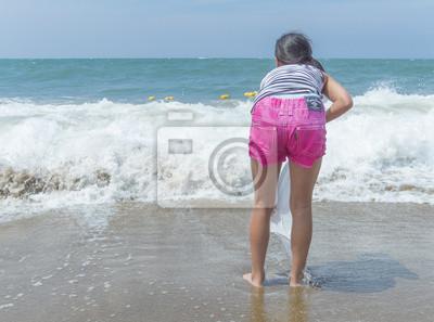 大 き な 波 が 来 る の を 待 つ 女 の 子