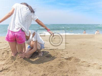 ビ ー チ で 砂 遊 び す る 女 の 子 2 人