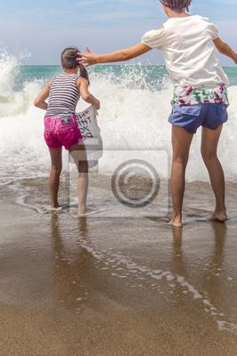 大 き な 波 を 迎 え 撃 つ 女 の 子 2 人
