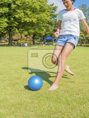 女 の 子 が ボ ー ル を 蹴 る 瞬間