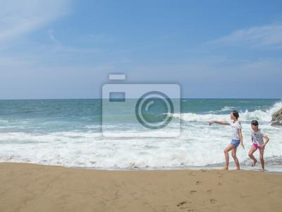 波 打 ち 際 で 遊 ぶ 女 の 子 2 人