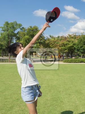 帽子 を 投 げ て 遊 ぶ 女 の 子