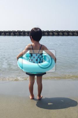 浮 き 輪 を 抱 え た 女 の 子