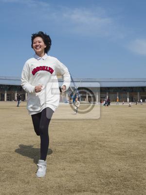 笑顔 で 走 る 女性