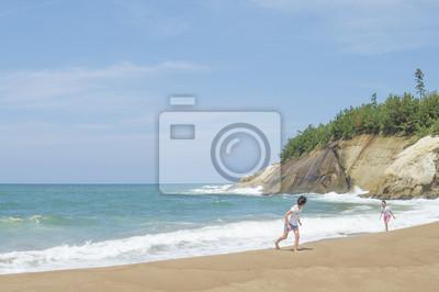 波打ち際で遊ぶ女の子2人