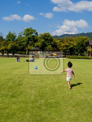 ボールを一生懸命に追いかける女の子