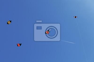 Сolorful latawce i samolot w błękitne niebo