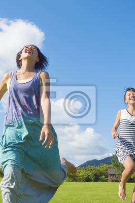 芝生の上を走る女の子2人
