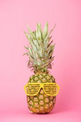 Naklejka zabawny i smaczny ananas w okularach przeciwsłonecznych na różowym tle