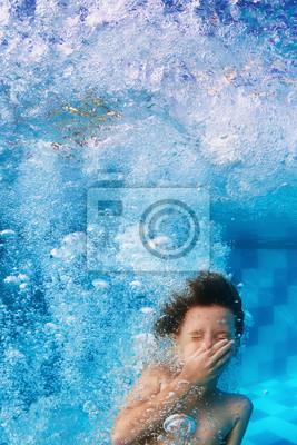 Zabawny portret twarz uśmiech dziecka nurkujący w basenie