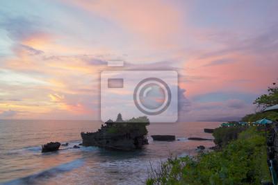 Zachód słońca widok świątyni Pura Tanah Lot od nadmorskiej kawiarni