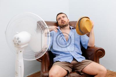 Naklejka Zaczerwieniona człowiek uczucie gorąca przed wentylatorem