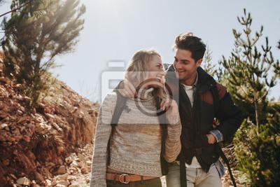Zakochana para na wycieczce górskiej
