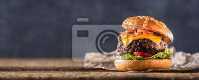 Naklejka Zakończenie domowy robić wołowina hamburger na drewnianym stole