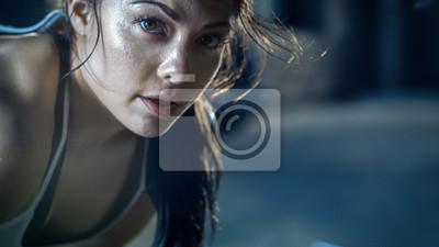 Naklejka Zakończenie strzał Piękna Sportowa kobieta Patrzeje w kamerę. Jest zmęczona po intensywnym ćwiczeniu Cross Fitness.