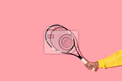 Naklejka Zakończenie widok trzyma tenisowego kant na różowym tle męska ręka