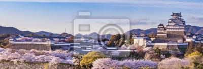 Naklejka Zamek Himeji w Japonii świeci się sakura kwiat wiśni sezonu