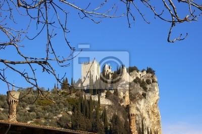 Zamek w Arco na Cliff i komin starej - Trento - Włochy