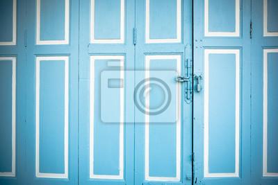 zamknięty jasnoniebieski drzwi z drewna
