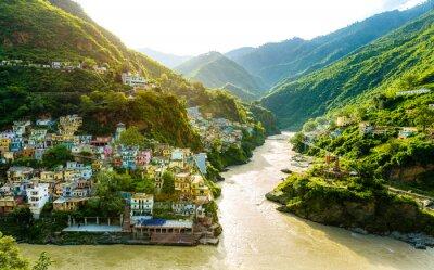 Naklejka Zbieg dwóch rzek Alaknanda i Bhagirathi dają początek świętej rzece Ganges / Ganges przy jednej z pięciu Prayagów zwanych Dev Prayag. Bujna zieleń w monsunach w górach. wschód słońca. Indie