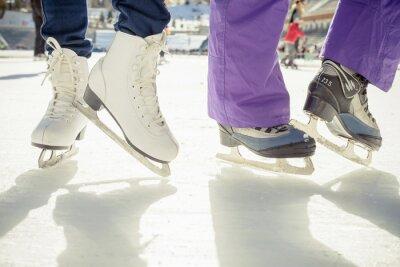 Naklejka Zbliżenie buty figurowe łyżwy na lodowisko na świeżym powietrzu