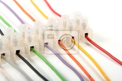zbliżenie z kolorowych przewodów elektrycznych w złączach