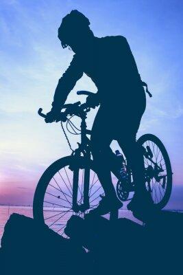 Naklejka Zdrowy tryb życia. Sylwetka rowerzysty jazda na rowerze nad morzem.