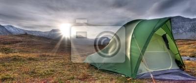 Zelt bei Sonnenaufgang in den Bergen