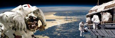 Naklejka Zespół astronautów wykonujących pracę na polu station.- elementy tego zdjęcia dostarczone przez NASA.