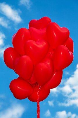 Zestaw balonów powietrznych. Kilka balonów w kształcie serca czerwony kolor na niebie. Miłość. Uroczystość wakacyjna. Ozdoba na przyjęcie walentynkowe. Balony powietrzne czerwone kolor serca - Zdjęcie