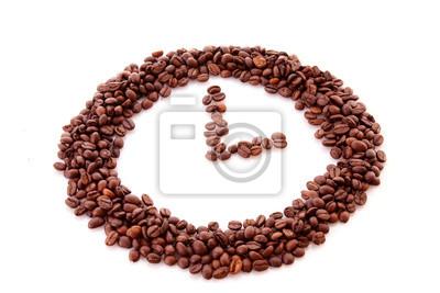 Ziarna kawy w symbol zegara na białym tle