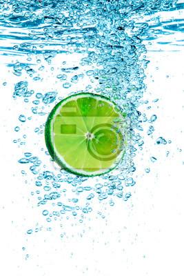 Zielony wapna w wodzie.
