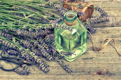 Naklejka Ziołowy olejek lawendowy ze świeżych kwiatów na drewnianym tle