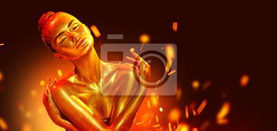 Złoty portret kobiety skóra zbliżenie. Seksowna wzorcowa dziewczyna z wakacyjnym złotym błyszczącym fachowym makeup nad płomienia tłem. Złoty metaliczny korpus