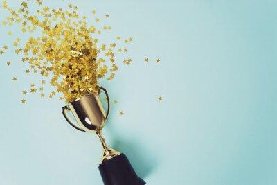 Naklejka złoty puchar zwycięzcy na niebieskim tle