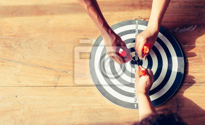 Naklejka Znaczący cel biznesu. Dart to okazja, a tarcza jest celem i celem. marketing biznesowy jako koncepcja.